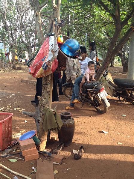 Ảnh gốc cây sát sân nhà là nơi treo cất mũ bảo hiểm cũng như gùi, ché… của gia đinh bố mẹ Lê làng Phung Ea – Lân _ Yale