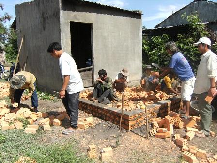 1/ Ảnh anh em Buôn Làng chuẩn bị làm nhà cho ông Gơi (ông cùi) ở thôn Năm.