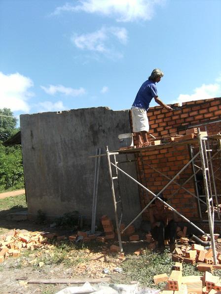 2/ Ảnh căn nhà ông Gơi đang được dần xây lên cao.