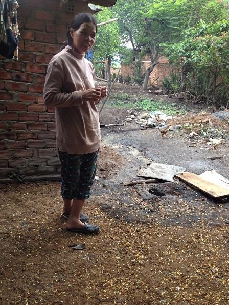 1/ Ảnh mẹ Nghiệp đứng bên miệng giếng khoan 65 mét của gia đình bị bỏ dở dang, vì không cónước.