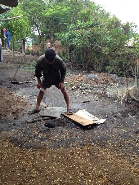 2/ Ảnh bố Nghiệp chuần bị đậy miệng giếng khoan 65 mét của gia đình không có nước.