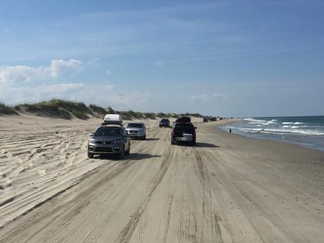 Khu vực cho phép xe chạy trên bờ biển với hai hàng giao thông.