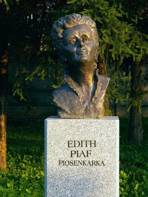 Tượng Édith Piaf tại Ba Lan.