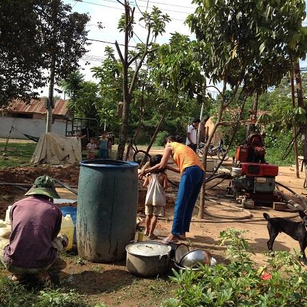 Quang cảnh khoan giếng của nhà bố mẹ Likam ở thôn Năm.