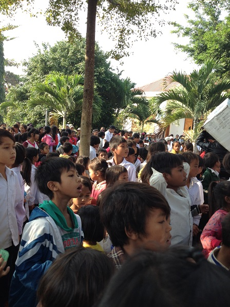 1/ Ảnh các em Thiếu nhi trong sân sau của giáo xứ Buôn Hằng sau giờ lễ sáng Chúa nhật.