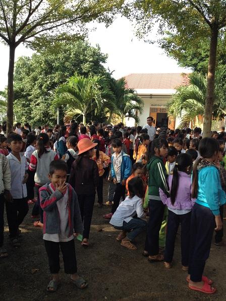 2/ Ảnh các em Thiếu nhi giáo xứ Buôn Hằng sau thánh lễ sáng Chúa nhật đứng đợi để vào học giáo lýtheo cấp của mình.