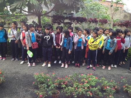 Các em nữ học sinh cấp III Lưu trú sắc tộc buổi sáng trước sân nhà, chuẩn bị chào Yăh đi học.