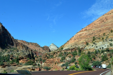 Tiếp tục đi lên Zion Canyon.
