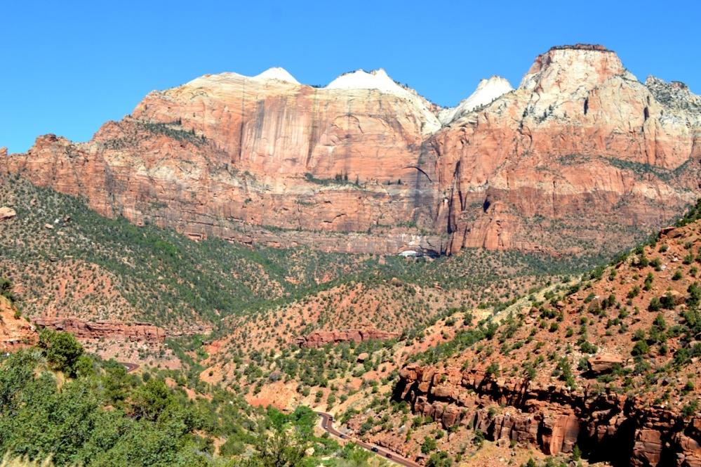Khu vực Zion Canyon. Các bạn có nhìn thấy 2 đoạn đường bên dưới (chổ gữa ảnh và góc trái phía trên lùm cây) mà chút nữa mình phải đi xuống?