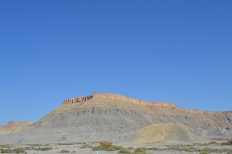 Thoạt nhìn mình cứ tưởng đây là một nơi người ta lấy nguyên liệu xây dựng. Nhưng nhìn lại mình nhận ra đây là một loại núi đá có tính cách khác biệt nằm dọc trên đường đi.