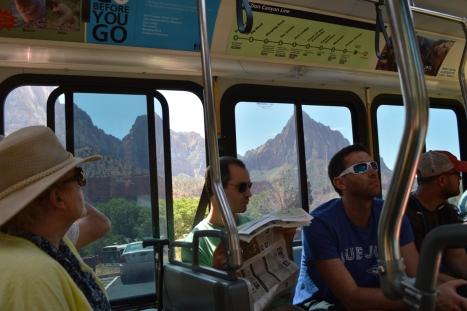 Núi non bên ngoài xe bus.