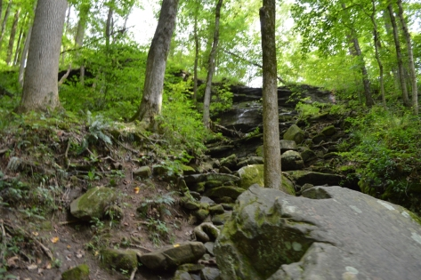 Hang động nằm bên dưới lớp phiến đá này.