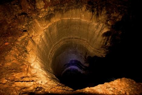 Tâm điểm không đáy của trái đất. (Center of The Earth-The Bottomless Pit) (Ảnh của MCNP)