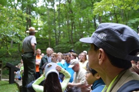 Truuwosc khi vào động hướng dẫn viên dặn dò các du khách phải theo các điều lệ của công viên.