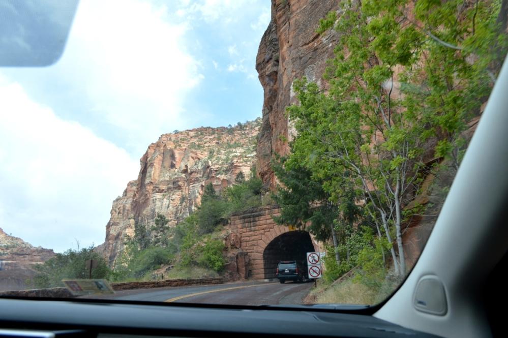 Trên đường rời công viên phải đi qua vài đường hầm xuyên núi như thế này. Các đường hầm này cấm người đi bộ và xe đạp.