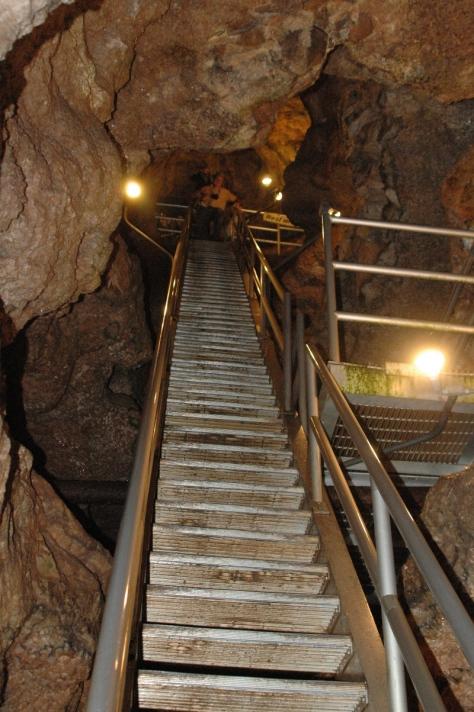 Đến chổ phải leo lên 440 nấc thang mới trở lại cửa vào lúc nãy mà ra khỏi động. (Ảnh của MCNP)