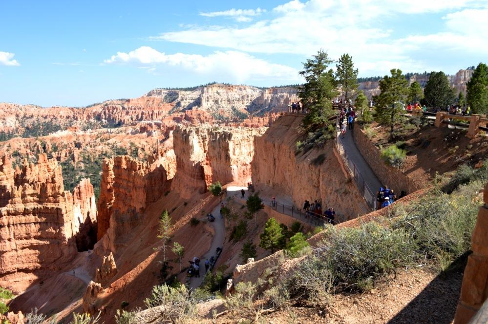 Đường dành cho du khách đi xuống khám phá Amphitheater.