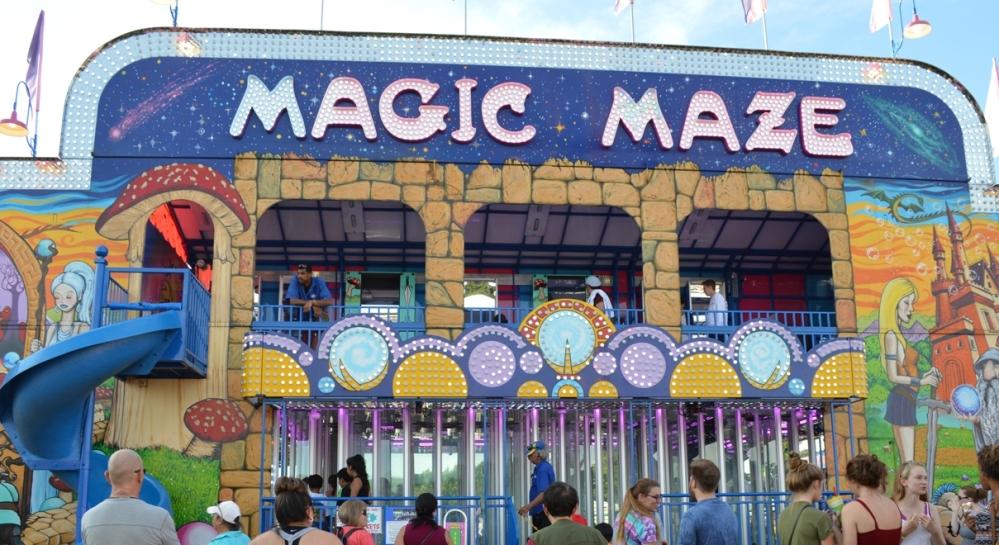Khu vực Magic Maze. Kính phản chiếu đủ kiểu hình dạng.