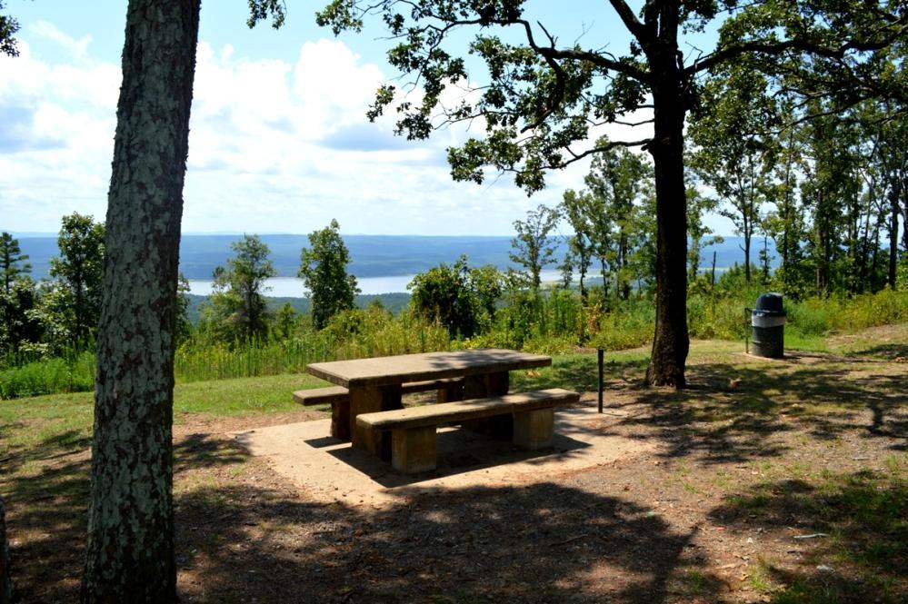 Một khu vực picnic và scenic view trên xa lộ Scenic Byway 7.