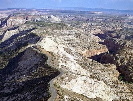 Xa lộ nằm ngay trên đỉnh núi. Còn hai bên là vực thẳm.