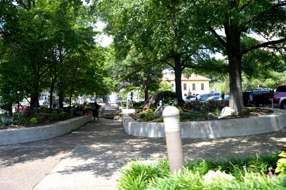 Một dòng suối khác giữa thành phố trong công viên.