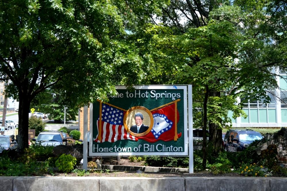 """Bảng ghi danh """"Đây là quê của Tổng thống Bill Clinton""""."""