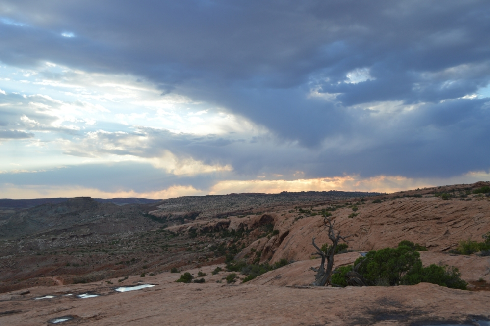 Hơn thế, trời lại sập tối nhanh chóng mà đường xuống đồi mình nhìn còn mút mùa luôn.