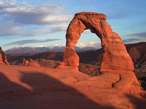 Đây là Delicate Arch. Mình phải mượn đở tấm ảnh này trên Wiki cho các bạn xem vì bọn mình leo đến đỉnh thì trời sập tối mà vẫn chưa đến khu vực của Delicate Arch nên cả anh Hoành lẫn mình đều vẫn chưa thấy được Delicate Arch nên không thể chụp ảnh. :-(