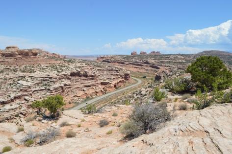 Xa lộ giữa canyons. Các bạn có nhìn thấy một chiếc ô tô đang chạy giữa xa lộ?