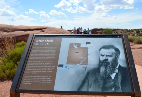 Thông tin về ông John Westly Powell, người đầu tiên khám phá sông Green River và Canyonlands.