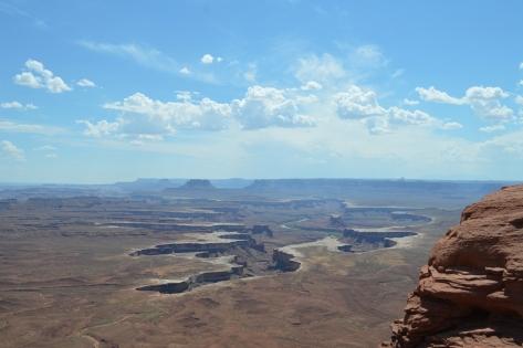 Green River nằm ở giữa canyons.