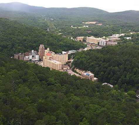 Đường phố chính của Hot Springs National Park nhìn từ Hot Springs Tower.