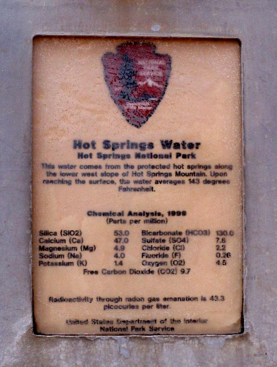 Bảng thông tin về chất liệu trong nước suối.