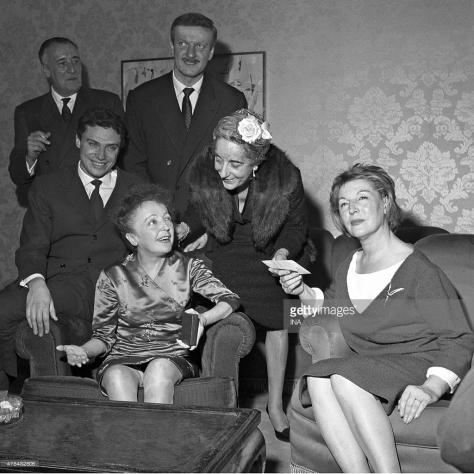 Ca sĩ Edith Piaf, được bao quanh bởi Paul Gilson, Georges Moustaki, Hubert Ithier và Marguerite Monnot.