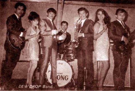"""Ban nhạc """"Dew Drop"""" với  Khánh Băng (guitar, trái) và Phùng Trọng (trống) - hai nhạc sĩ rock gần như đầu tiên của Việt Nam."""