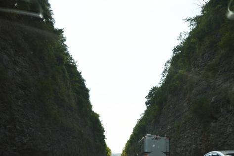 Xa lộ I-81 xẻ qua núi.