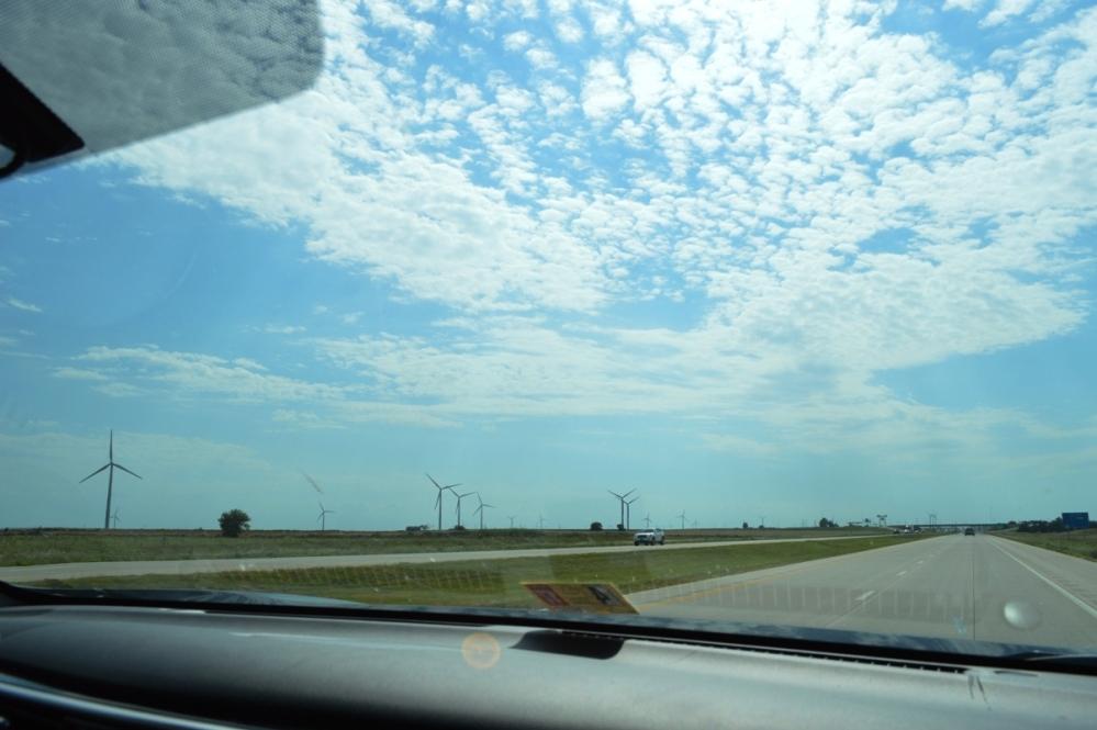 Cánh đồng quạt gió trên I-70 W, bang Kansas.