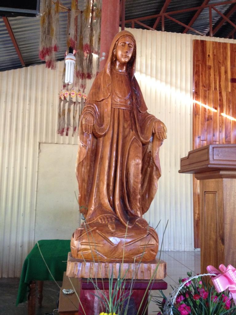 1/ Ảnh tượng Đức Mẹ bằng gỗ do một người đàn ông sắc tộc Bana ở làng Konđúp Kontum khắc.