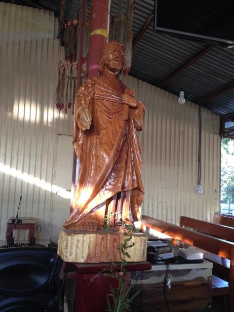 2/ Ảnh tương Thánh Giuse bằng gỗ do một người đàn ông sắc tộc Bana ở làng Konđúp Kontum khắc.