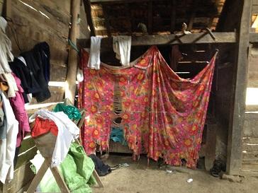 Ảnh tấm màn che chiếc giường ngủ của gia đình bố mẹ Đan bên xóm Đào