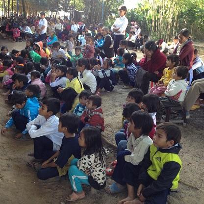 2/ Ảnh các em Thiếu nhi không đủ chỗ phải ngồi cả ra sân để tham dự Thánh lễ.