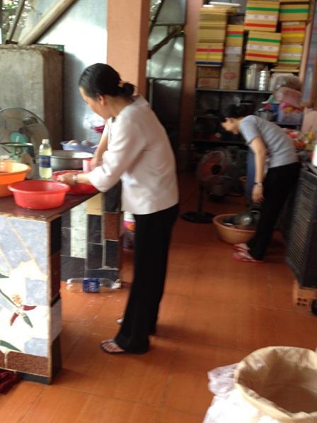 1. Các mẹ chuẩn bị cân bột và nấu nước đường làm bánh dẻo tại bếp nhà các Yăh.