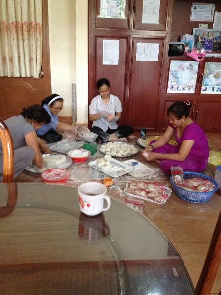 4. Một số mẹ giúp các Pi (Các Yăh) làm bánh dẻo