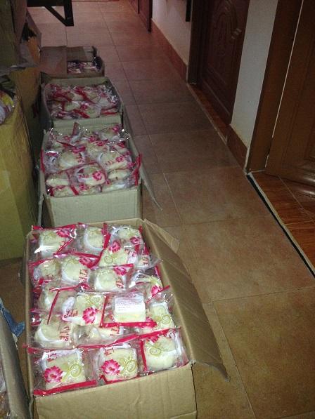7. Trong 02 ngày các Yăh và các mẹ đã làm được 3.000 cái bánh dẻo để phân phát cho các em ở các Sóc.