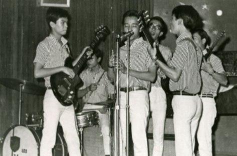 Ban nhạc The Vampires - Elvis Phương đứng hát chính giữa.