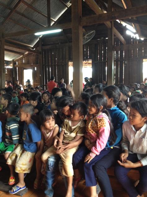 1/ Các em thiếu nhi giáo họ Sóc Bụi tre ngồi trong nhà thờ giáo họ, đợi nhận quà Trung thu.