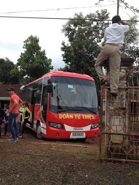3/ Đoàn từ thiện gồm hai xe từ Hố Nai tỉnh Đồng Nai đến chia sẻ quà cho 200 hộ nghèo và quà Trung Thu cho các em nhỏ ở Sóc Bụi tre, huyện Bù Đăng tỉnh Bình Phước.