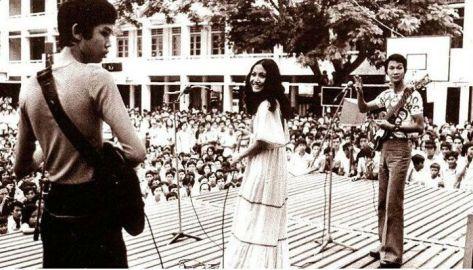 Ca sĩ Thanh Lan và Duy Quang trình diễn tại sân trường Taberd. (Thập niên 1960s)