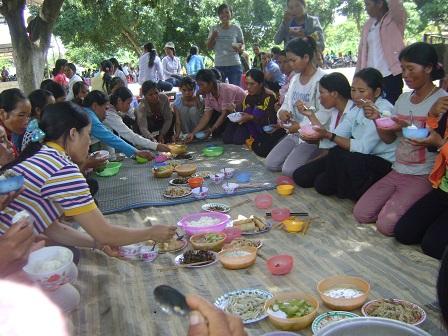 2/ Ảnh các mẹ trong giờ cơm trưa của ngày sinh hoạt tại sân nhà thờ giáo xứ Buôn Hằng – Gp. Bmt.