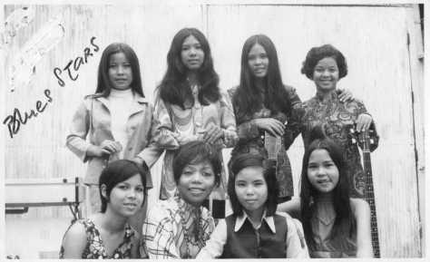 """Toàn ban nhạc nữ """"The Blues Stars"""" năm 1969. Pauline Ngọc là người thứ hai ngối hàng dưới từ trái qua phải."""